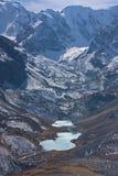 Widok jeziora i śnieżyści skłony góry Fotografia Royalty Free