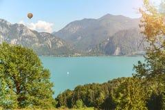 Widok jeziorny Attersee z zielonymi paśnik łąkami i Alps pasmem górskim blisko Nussdorf Salzburg, Austria Fotografia Royalty Free