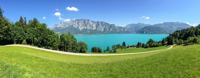 Widok jeziorny Attersee z zielonymi paśnik łąkami i Alps pasmem górskim blisko Nussdorf Salzburg, Austria Obrazy Royalty Free