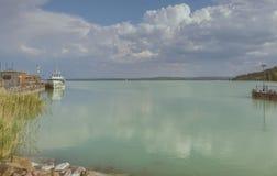 Widok jeziorny Balaton, schronienie od Tihany Obrazy Stock