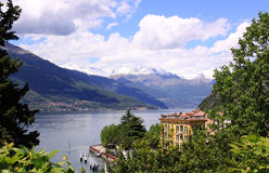 Widok Jeziorny Como od Varena od behind drzew Fotografia Stock