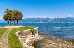 Widok Jeziorny Maggiore od Cerro plaży, jest ułamek Laveno Mombello miasteczkiem Zdjęcia Royalty Free
