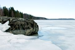 Widok Jeziorny Onega w przyprawiającym blisko brzeg daleko fotografia stock
