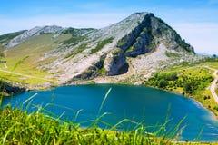 Widok jezioro w lecie Hiszpanii asturii Zdjęcie Royalty Free