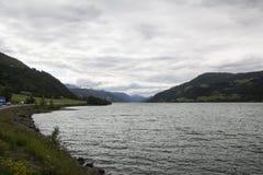 Widok jezioro z górą w tle Obrazy Stock