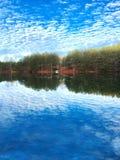 Widok jezioro z niebem Odzwierciedlającym w wodzie fotografia royalty free