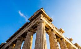 Widok kąt Parthenon i swój kolumny na akropolu, Ateny, Grecja przeciw niebieskiemu niebu obraz stock