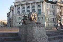 widok kamienny lew i budynek z kopu?? zdjęcie royalty free