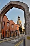 Sułtanu meczet widzieć przez łuku przy Arabski Uliczny Singapur Zdjęcia Royalty Free