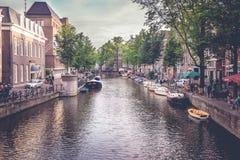 Widok kanał w Amsterdam holandie fotografia stock