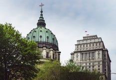 Widok katedralna kopu?a w w centrum Montreal obrazy royalty free