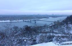 Widok Kijów Zaporoski I Footbridge w zimie, zdjęcia royalty free