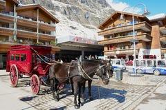 Widok koński kareciany czekanie dla pasażerów przed Zermatt stacją kolejową w Zermatt, Szwajcaria Fotografia Stock