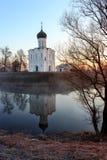 Widok kościół intercesja Święta dziewica na Nerl rzece w świetle słonecznym obrazy royalty free