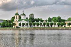 Widok kościół z dzwonkowy wierza, Kuskovo, Moskwa zdjęcia stock