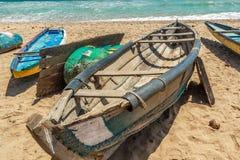 Widok kościec łódź rybacka parkująca samotnie w seashore, Kailashgiri, Visakhapatnam, Andhra Pradesh, Marzec 05 2017 obrazy royalty free