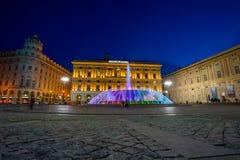 Widok kolorowy pałac Liguria region De Ferrari Obciosujący nocą w genui i fontanna, Włochy obrazy royalty free