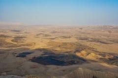 widok krater od skały Park Narodowy HaMakhtesh Mitzpe Ramon Unikalna reliefowa geological erozi ziemi forma Negew, Izrael Obraz Stock