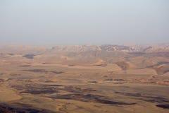 widok krater od skały Park Narodowy HaMakhtesh Mitzpe Ramon Unikalna reliefowa geological erozi ziemi forma Negew, Izrael Obrazy Stock