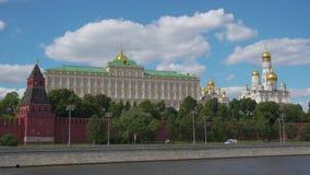 Widok Kremlowska Moskwa rzeka od Sofiyskaya bulwaru i ściana zbiory wideo