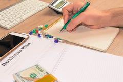 Widok księgowa lub pieniężne inspektorskie ręki robi raportowi, c Zdjęcia Stock