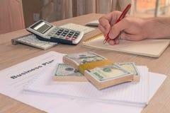 Widok księgowa lub pieniężne inspektorskie ręki robi raportowi, c Fotografia Stock
