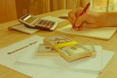 Widok księgowa lub pieniężne inspektorskie ręki robi raportowi, c Obraz Royalty Free