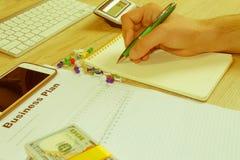 Widok księgowa lub pieniężne inspektorskie ręki robi raportowi, c Fotografia Royalty Free