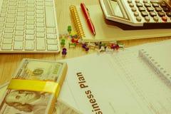 Widok księgowa lub pieniężne inspektorskie ręki robi raportowi, c Zdjęcia Royalty Free