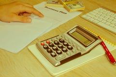 Widok księgowa lub pieniężne inspektorskie ręki robi raportowi, c Obrazy Royalty Free