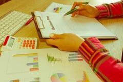 Widok księgowa lub pieniężne inspektorskie ręki robi raportowi lub sprawdza równowagę, cyrklowanie Domów finanse, inwestycja, gos Fotografia Stock
