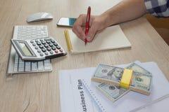 Widok księgowa lub pieniężne inspektorskie ręki robi raportowi lub sprawdza równowagę, cyrklowanie Plan biznesowy, kalkulator, do Fotografia Stock