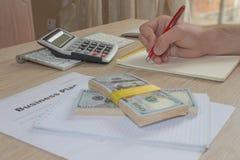 Widok księgowa lub pieniężne inspektorskie ręki robi raportowi lub sprawdza równowagę, cyrklowanie Plan biznesowy, kalkulator, do Zdjęcia Royalty Free