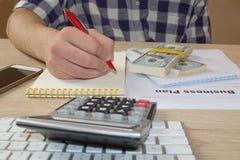 Widok księgowa lub pieniężne inspektorskie ręki robi raportowi lub sprawdza równowagę, cyrklowanie Plan biznesowy, kalkulator, do Obraz Stock