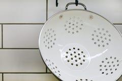 Widok kuchenny kontuar z tnącą deską, wiesza na ścianie pożytecznie, wiadra, wiadro i skimmers kilka, zdjęcie stock