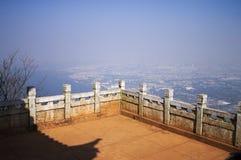 Widok Kunming ` s Dianchi jezioro od balkonu halny ` s pawilon - Świątynna panorama Zdjęcia Royalty Free