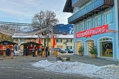 Widok kwadrat w Garmisch-Partenkirchen z Bożenarodzeniowym jarmarkiem s Fotografia Stock