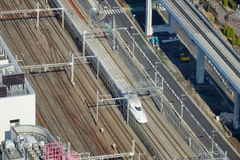 Widok ślad Shinkansen pociska pociąg przy Tokio stacją, Japonia Fotografia Stock