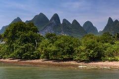Widok Li rzeka z wysokim wapniem osiąga szczyt na tle blisko Yangshuo, Chiny, Azja Zdjęcie Stock
