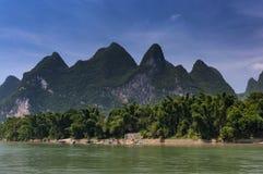 Widok Li rzeka z wysokim wapniem osiąga szczyt na tle blisko Yangshuo, Chiny, Azja Zdjęcia Royalty Free