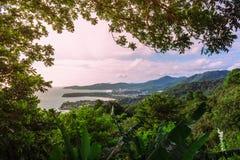 Widok linia brzegowa przez gęstych, nieprzebitych dżungli, Zdjęcie Royalty Free