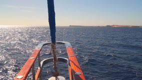 Widok linia brzegowa z łękiem żeglowanie jacht zbiory