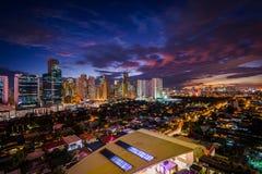 Widok linia horyzontu Makati przy nocą, w metrze Manila Phi Fotografia Stock