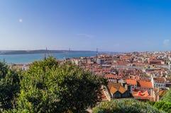 Widok Lisbon i 25th Kwietnia most w perspektywie, Lisbon Zdjęcia Royalty Free