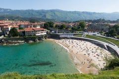 Widok Llanes z plażą Hiszpanii asturii Zdjęcie Stock