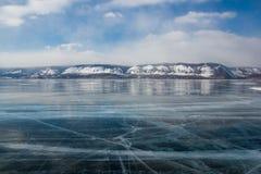 widok lodowej wody powierzchnia pod chmurnym niebem podczas dnia z wzgórzami na brzeg, Russia, jezioro obraz royalty free