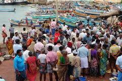 Widok lokalny rybi rynek z kolorowymi drewnianymi łodziami w tle obraz royalty free