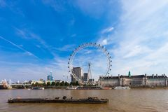 WIDOK Londyńscy otoczenia od Westminister milenium mola i oko Londyn, ZJEDNOCZONE KRÓLESTWO, SIERPIEŃ - 28, 2017 - zdjęcie royalty free