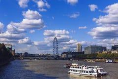 Widok Londyński ` s pejzaż miejski od rzecznego Thames wliczając, Obraz Stock