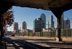 Widok Long Island miasta linia horyzontu rozwój spod queens bulwaru pociągu tropi Listopad 2018 fotografia stock